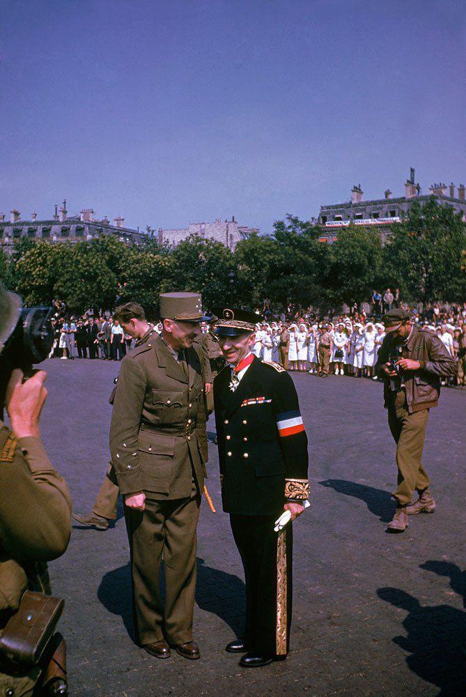 d day color 23 - Le Général De Gaulle et Pierre Koenig lors des célébrations de la libération de Paris en août 1944