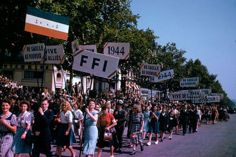 d day color 24 - La foule lors de la célébration de la libération de Paris en août 1944