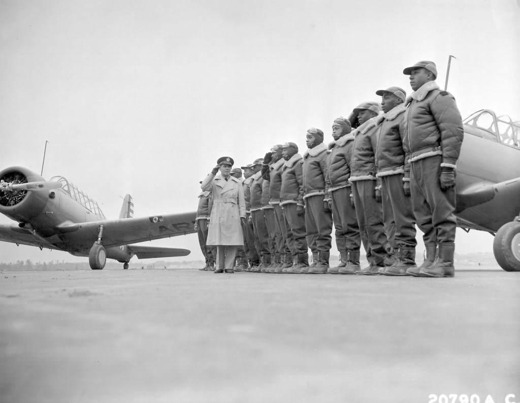 060124 f 0000s 012 - En 1941, le major James A. Elisson retourne le salut à Mac Ross de Dayton, alors qu'il passe e n revue des cadets de Tuskegee, alignés devant leur avion de formation (Vultee BT-13)