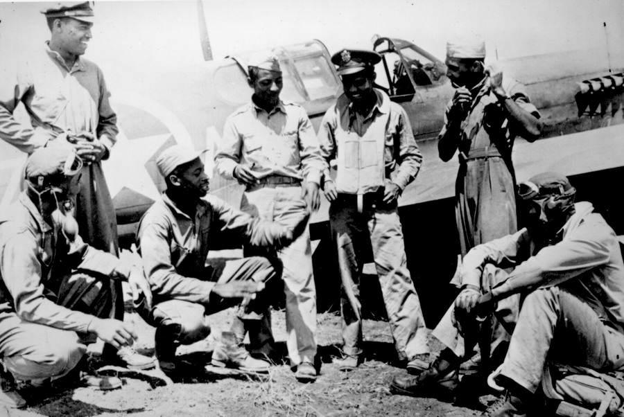 402793bb8f106b8c11b656a1e82d213e - 7 Tuskegee Airmen rassemblé sur une base Américaine sur le théâtre d'opérations Méditerranées.