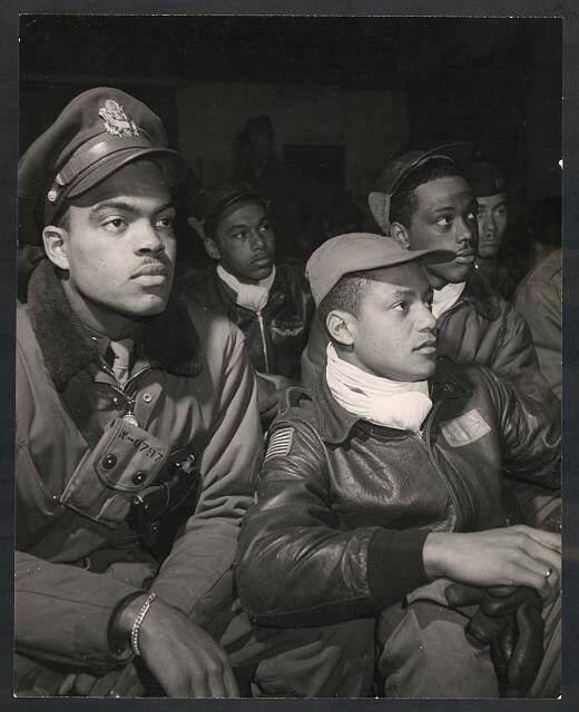 Bok9HHjCAAAaMU0.jpg large - Les hommes du 332nd Fighter Group lors d'un briefing en Italie en 1945