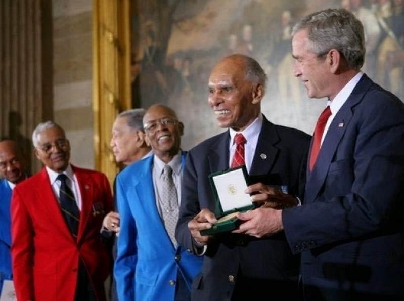 """Gold Medal Presentation - Le 29 mars 2007, le président George W. Bush remet collectivement la """"Congressional Gold medal"""" à 300 Tuskegee Airmen ou à leur veuves."""