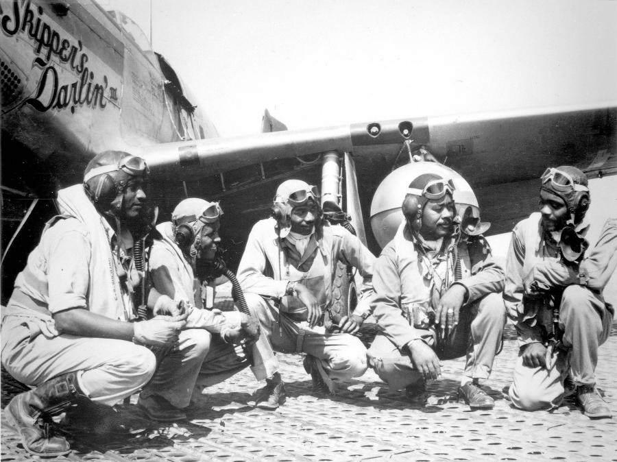 tuckeegee members - Des pilotes du 332nd Fighter Group à l'aéroport de Ramitelli, Italie. Lt. Dempsey W. Morgan, Lt. Carroll S. Woods, Lt. Robert H. Nelron, Jr., Captain Andrew D. Turner, and Lt. Clarence P. Lester