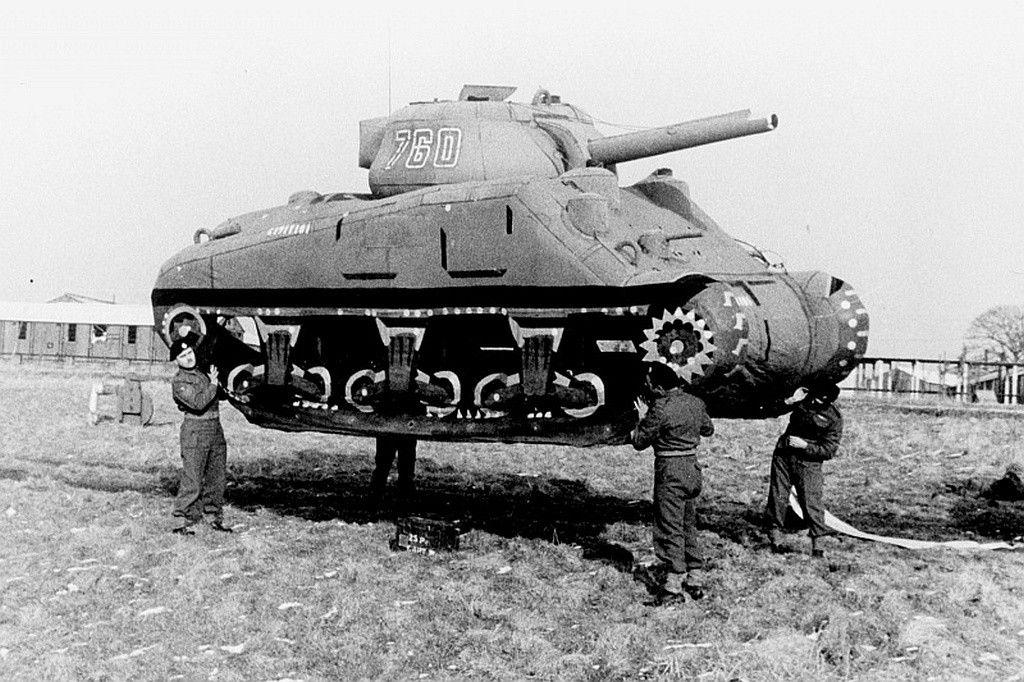 uzzgg - Des soldats déplacent un faux Sherman en Angleterre