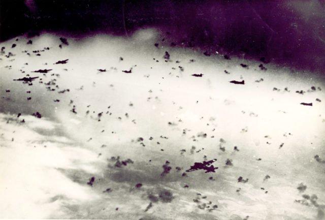 19 8 640x433 - La formation passe à travers une épaisse ligne de défense de Flak