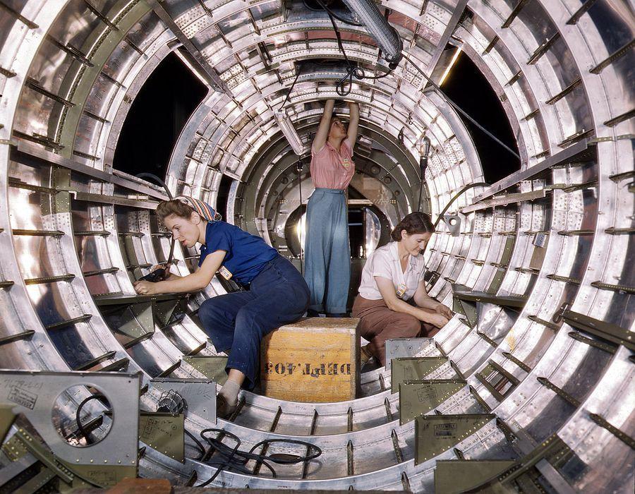 05 - Octobre 1942 : Des ouvrière installent des fixations dans la queue d'un bombardier B17F à l'entreprise Douglas Aircraft Company, Long Beach, Californie.