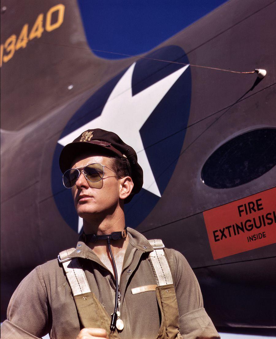 06 - Octobre 1942 : Le lieutenant 'Mike Hunter', pilote de test Américain assigné à l'entreprise Douglas Aircraft Company.