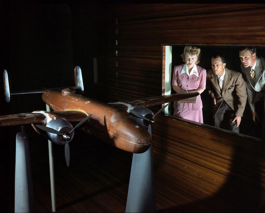 """11 - Octobre 1942 : Equipe de recherche de l'entreprise North American Aviation (Ingle-Wood, Californie), expérimentant une maquette du bombarbier B25 """"Billy Mitchell"""" en soufflerie"""