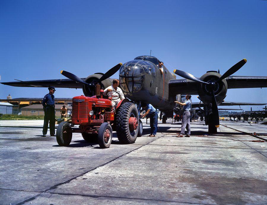 """15 - Octobre 1942, Kansas City, Kansas. Un B25 """"Billy Mitchell"""" est remorqué hors de la chaine d'assemblage."""