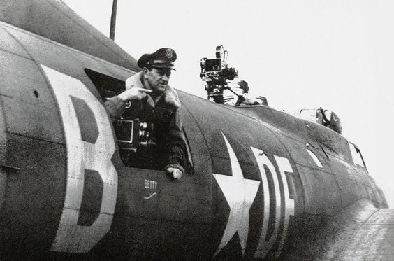 """wyler om bad penny - William Wyler sort la tête du """"Bad Penny"""", un B-17 qui filma le """"Memphis Belle"""" de l'extérieur durant des missions de bombardement"""