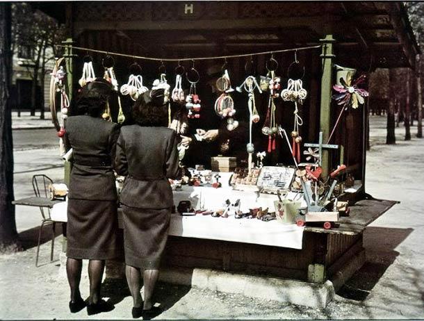 """andre zucca Paris sous occupation 1940 1944 11 - Deux """"souris grises"""" (auxiliaires féminines Allemandes) en face d'une devanture"""
