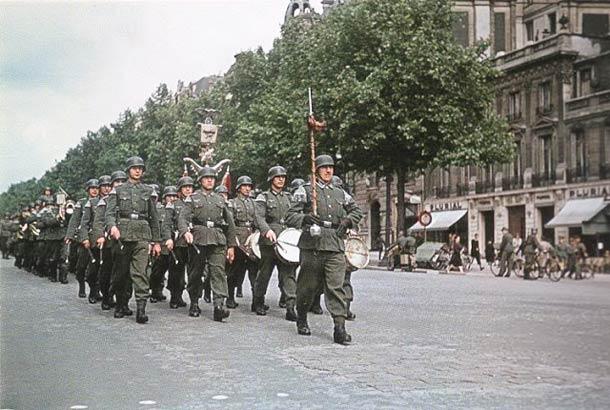 andre zucca Paris sous occupation 1940 1944 4 - Une colonne de soldats Allemands marche dans Paris
