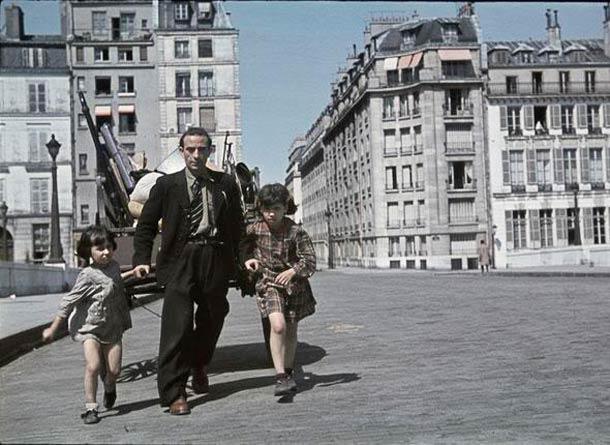 andre zucca Paris sous occupation 1940 1944 45 - Un habitant sinistré de Noisy-le-Sec tire une charette sur le pont de la tournelle, suite au bombardement du 19 avril 1944