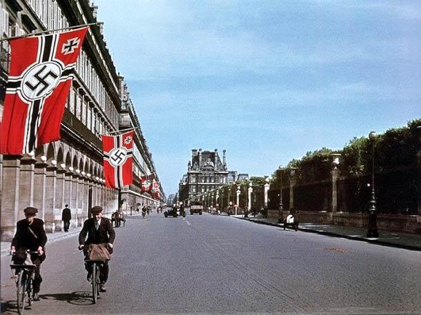 andre zucca Paris sous occupation 1940 1944 8 - andre-zucca-PaEtendards nazis le long de la rue de Rivoli. Au fond le Louvre, à droite le jardin des Tuileries.ris-sous-occupation-1940-1944-8
