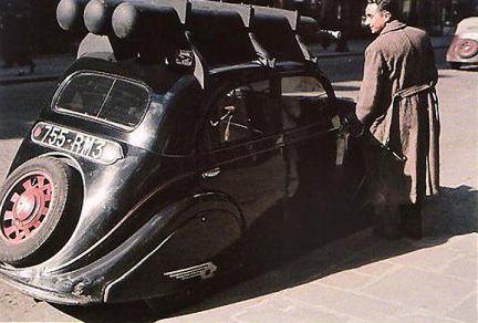 zuccaA - Une voiture roule au gazogène