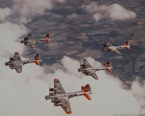 """2bcb40b37cf9b4024eedac78892bbd0e - Une formation de bombardiers B-17 de la """"Mighty Eight"""""""