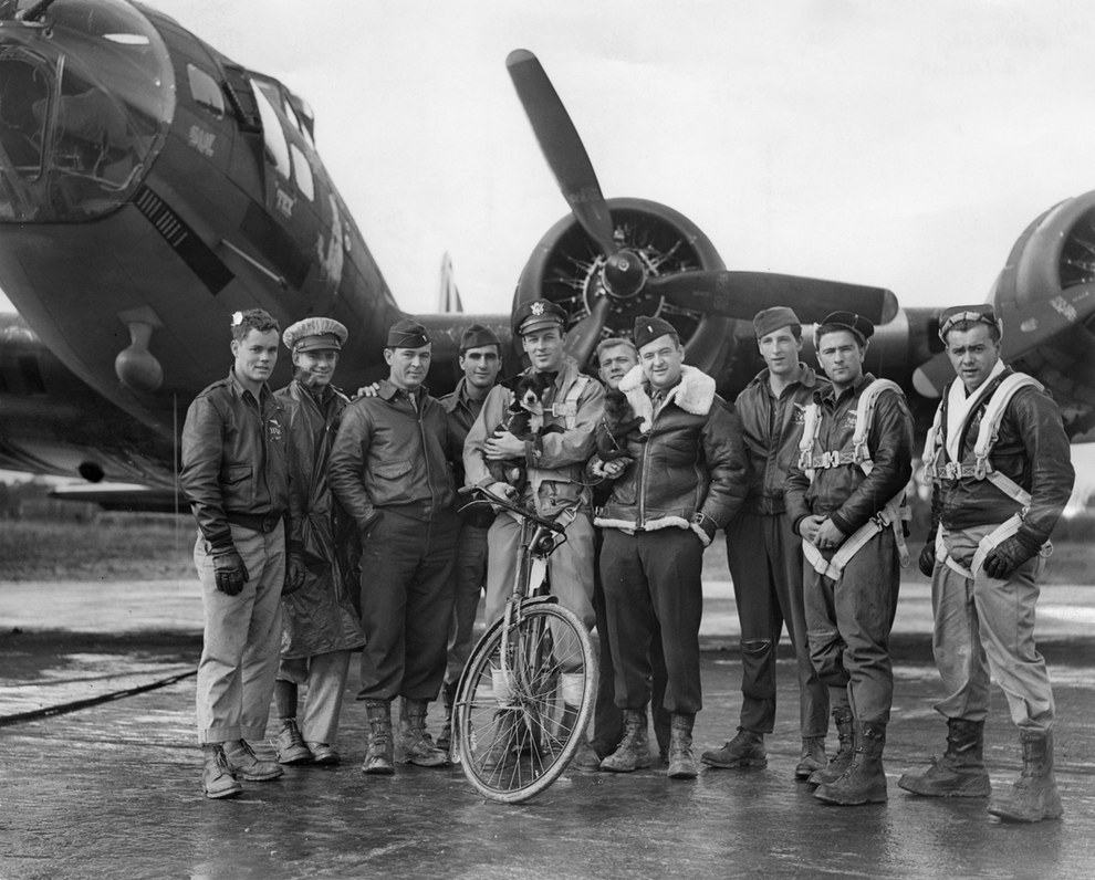 enhanced buzz wide 20768 1401895870 27 - Le pilote de bombardier Robert W. Biesecker et son équipage devant leur B-17 avec leur deux mascottes : Un chien nommé Scrappy et un singe nommé Joe (8 octobre 1943)