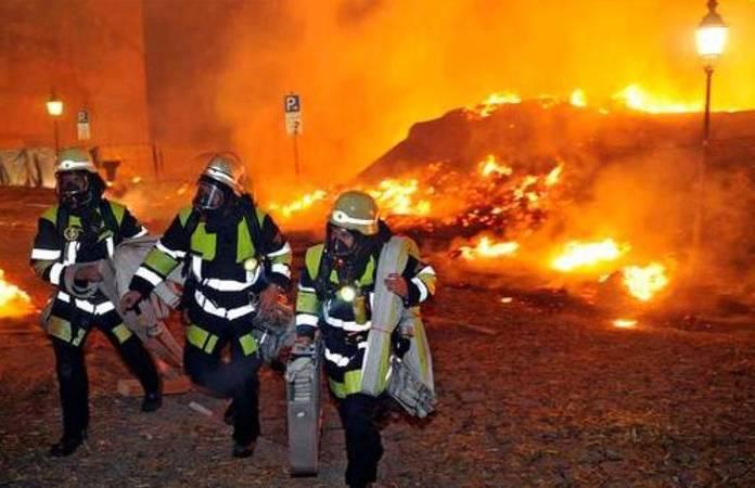 Les pompiers sur place après l'explosion de la bombe