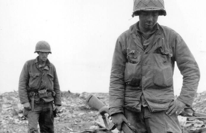 Ces deux soldats portent une veste HBT