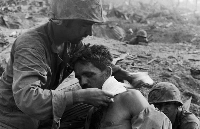 Un Medic applique un pansement à un soldat blessé