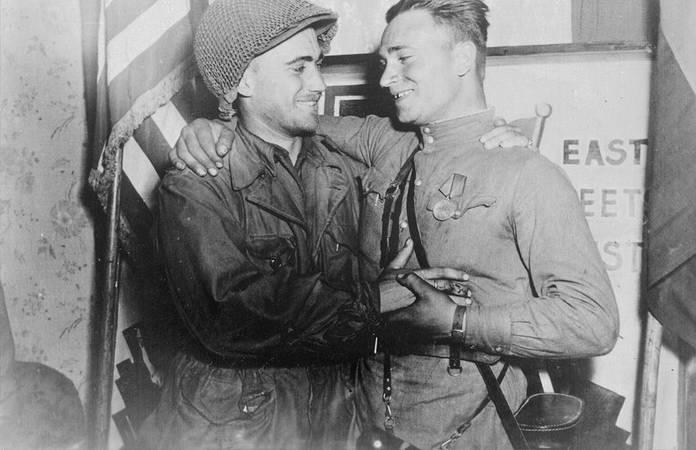 Le 2nd Lt. William Robertson, avec sa tenue M-43, lors de la jonction avec l'armée Rouge en Allemagne en 1945