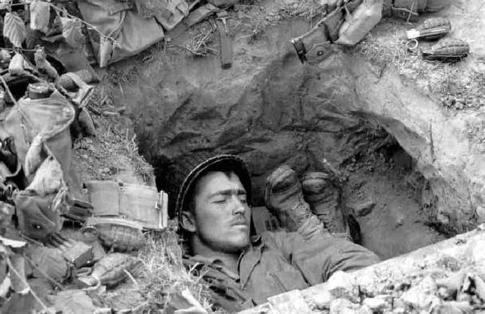 Un soldat Américain se repose dans son foxhole