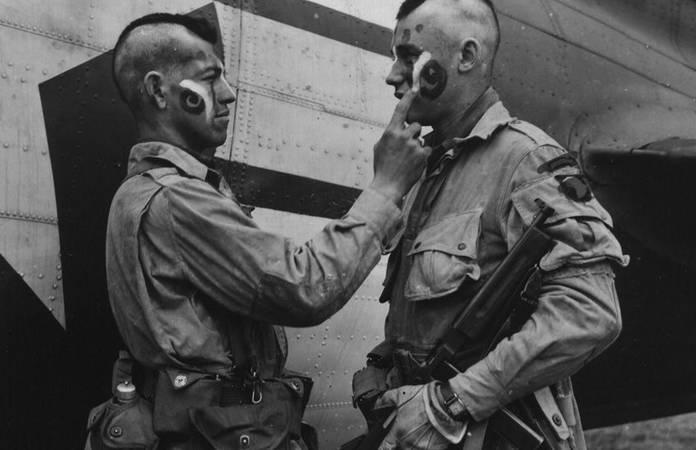 Des parachutistes de la 101è aéroportée adoptent la coupe et les peintures iroquoises avant le grand saut