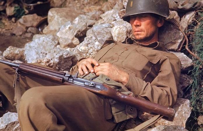 Un soldat s'offre une pause, lors de l'avancée alliée vers Rome, en 1944