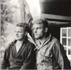 0a74e1456c7b0e40f6b5550ba59b211a - Don Malarkey, à gauche, en compagnie de Burr Smith en Autriche vers la fin de la guerre