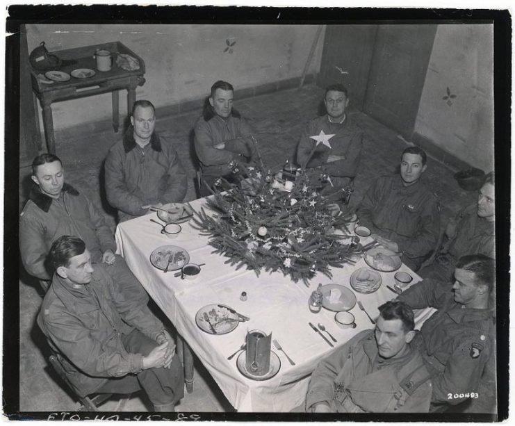 1088px brig  gen  anthony mcauliffe and his staff gathered inside bastognes heintz barracks for christmas dinner dec  25th 1944 741x613 - Brigadier General Anthony McAuliffe et son staff rassemblés dans les barraquements de Bastogne Heintz pour le repas de Noël le 25 décembre, 1944.