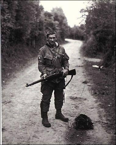 9356395865699b1d94712f4bcfc2b335 - Forrest Guth (1921 2009) Un des 140 premiers hommes de la Easy à s'être entraîné sous Sobel au camp Toccoa. Guth savait réparer et modifier ses armes. Il a par exemple transformé son M1 Garand en fusil automatique tout à fait fonctionnel..Il est devenu l'armurier de ses camarades. Son uniforme était aussi unique, Guth y aura cousu des poches supplémentaires. Il combattra en Normandie, en Hollande et pendant la bataille des Ardennes