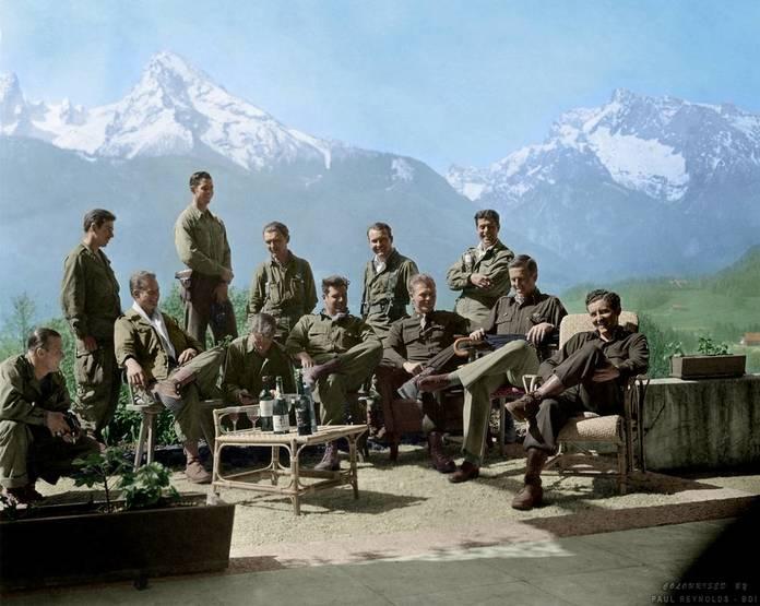 La Easy Company buvant le vin de la cave personnelle de Hitler, au Nid d'aigle en 1945