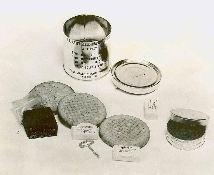 C ration open - Une Ration C B-units de 1941 ouverte. On y trouve un peu de café, 3 biscuits, du chocolat et 3 carrés de sucre