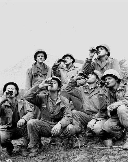 COCACOLA WW2 2 - Des soldats savourent un Coca-cola dans le Pacifique
