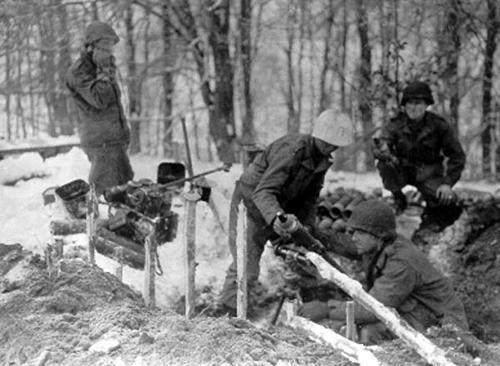 bulge8 - Une équipe de mortier de 81 mm lors de la bataille des ardennes