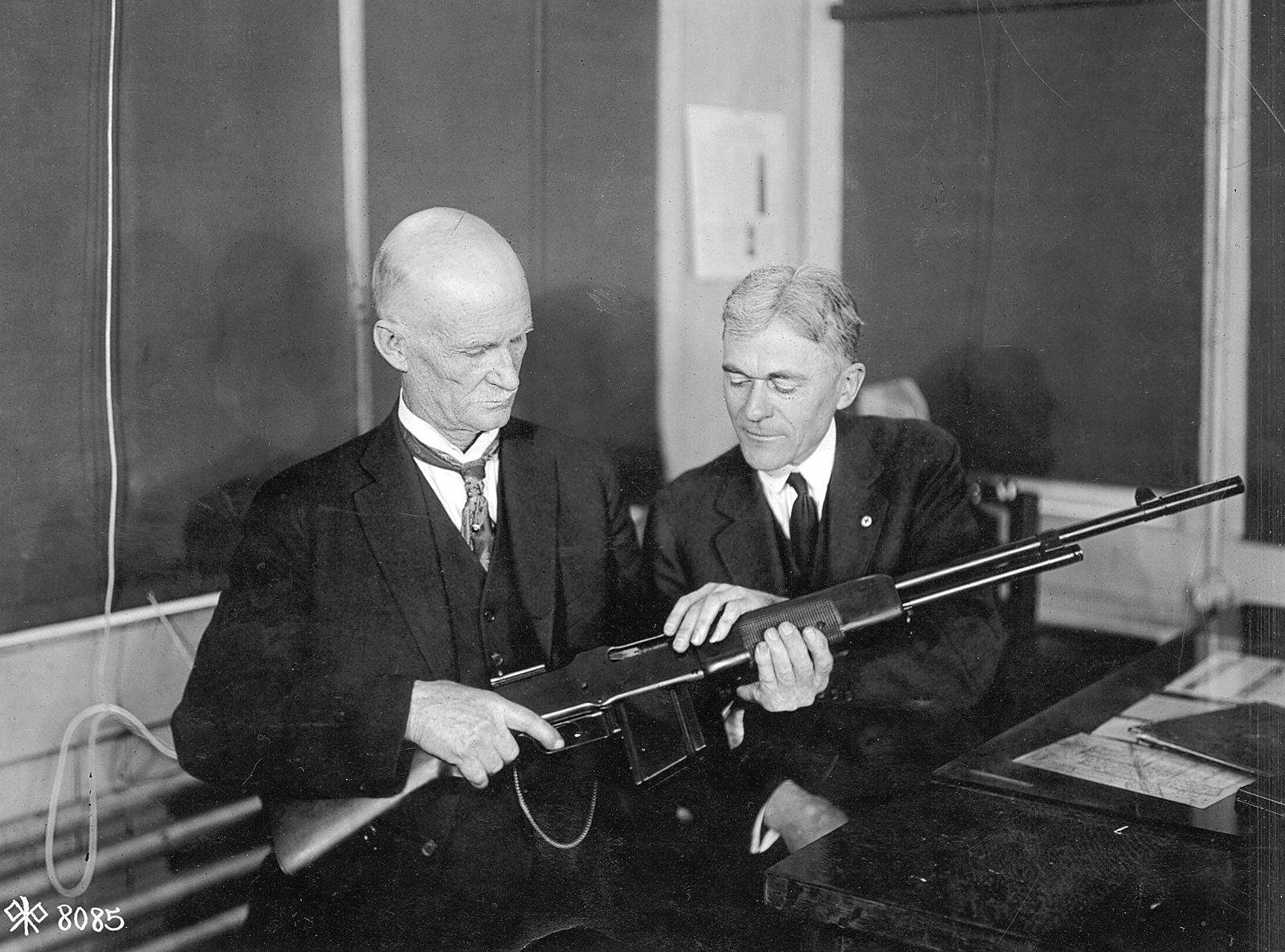 Browning with his BAR - John M. Browning, et Mr. Burton (expert Winchester) discutent autour du B.A.R 1918 au Winchester Plant vers 1918