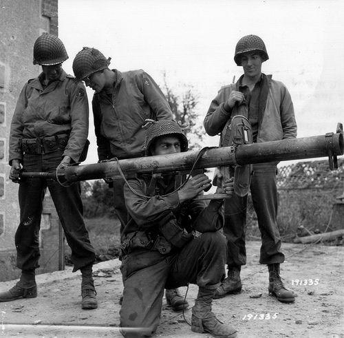 4069298802 2ed4ab7c91 - Petit bonus : Des soldats Américains testent un Panzerschreck Allemand capturé