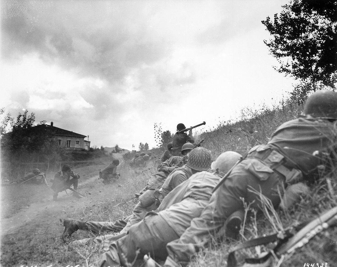 Luccaitaly1944 M9 - Lors d'un affrontement près de Lucca (Italie), le 7 septembre 1944. Le soldat tire sur un nid de mitrailleuses à  à peu près 270 metres