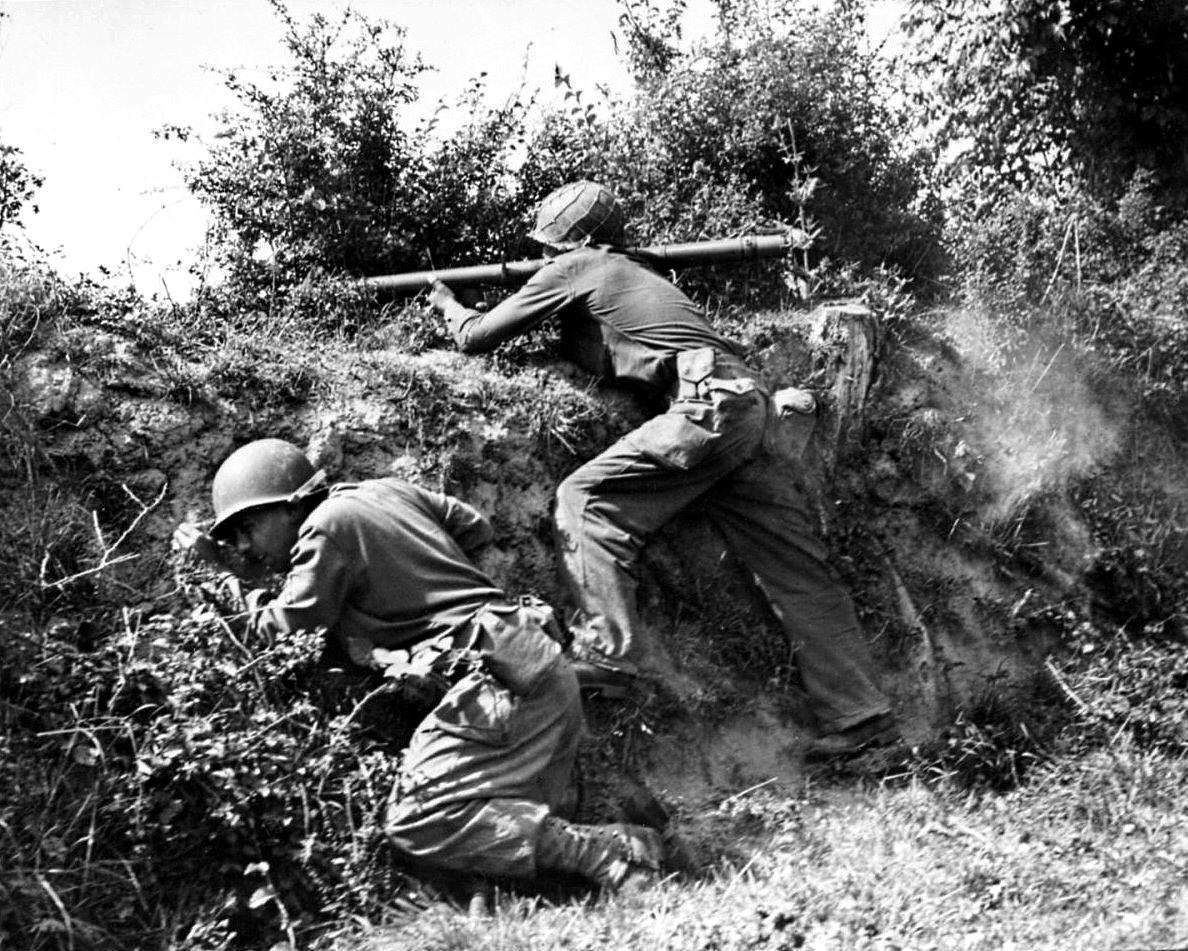 tumblr nen40zQqom1spwf52o1 1280 - A Lessay (dans la Manche), tir au Bazooka M9 sur une position Allemande en juillet 1944