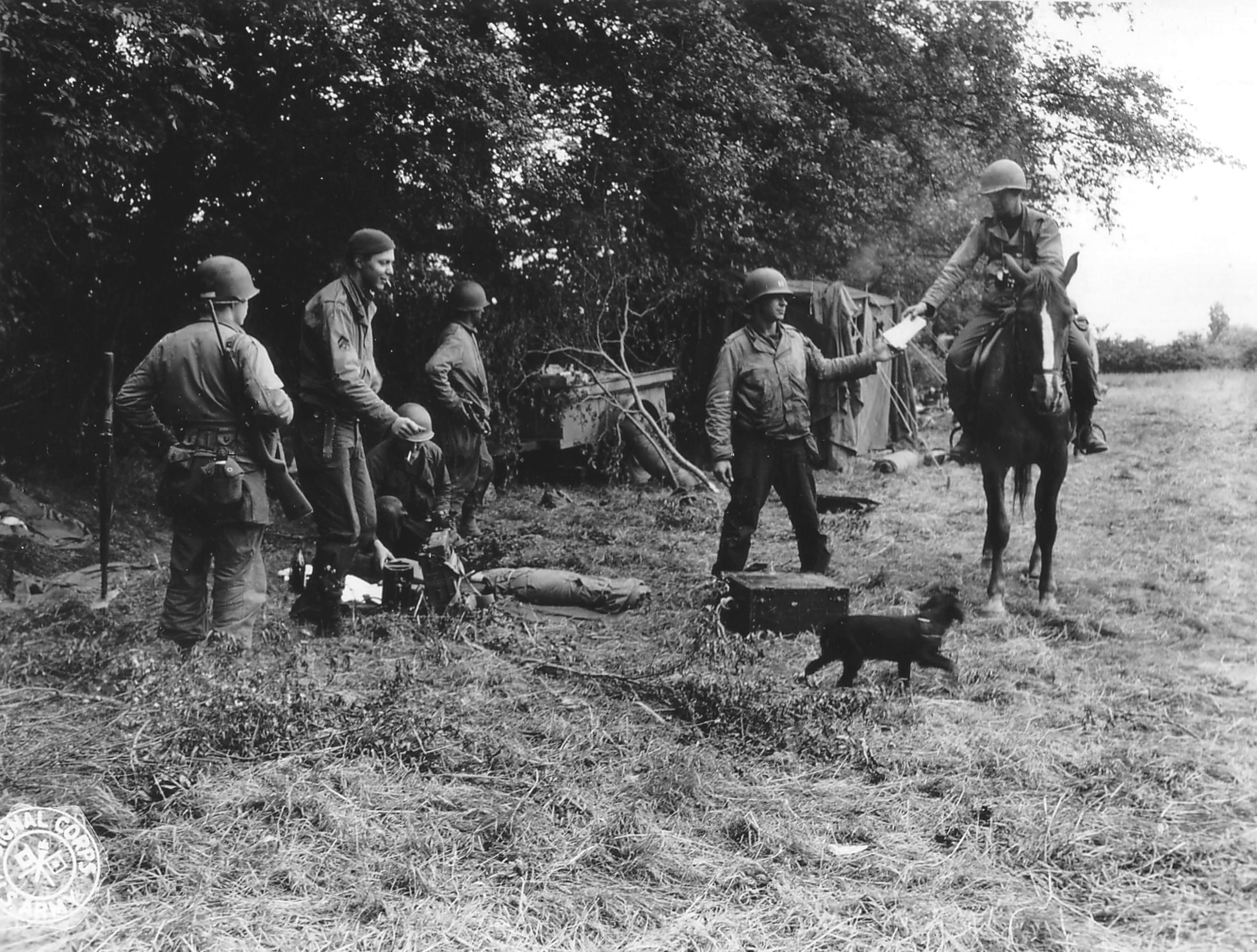 21 - En Normandie en 1944, le soldat à gauche porte une carabine M1