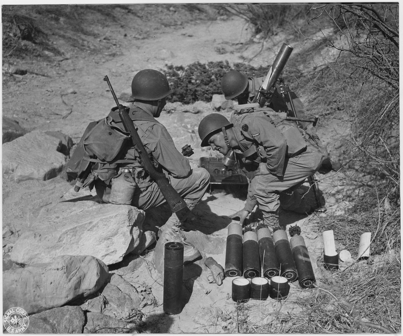 81 m m Mortar crew in action at Camp Carson, Colorado   NARA   197171 - Une équipe de Mortier de 81 mm s'entraine à Carson, Colorado. A gauche, le soldat porte une carabine M1