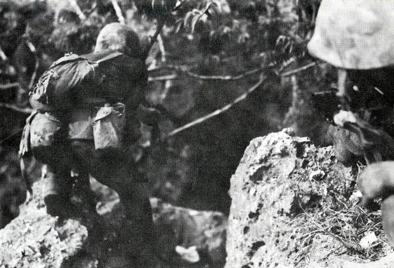 Colt45 USMC - Un soldat, armée de son Colt 45, avance prudemment dans la jungle à Saipan, en juillet 1944