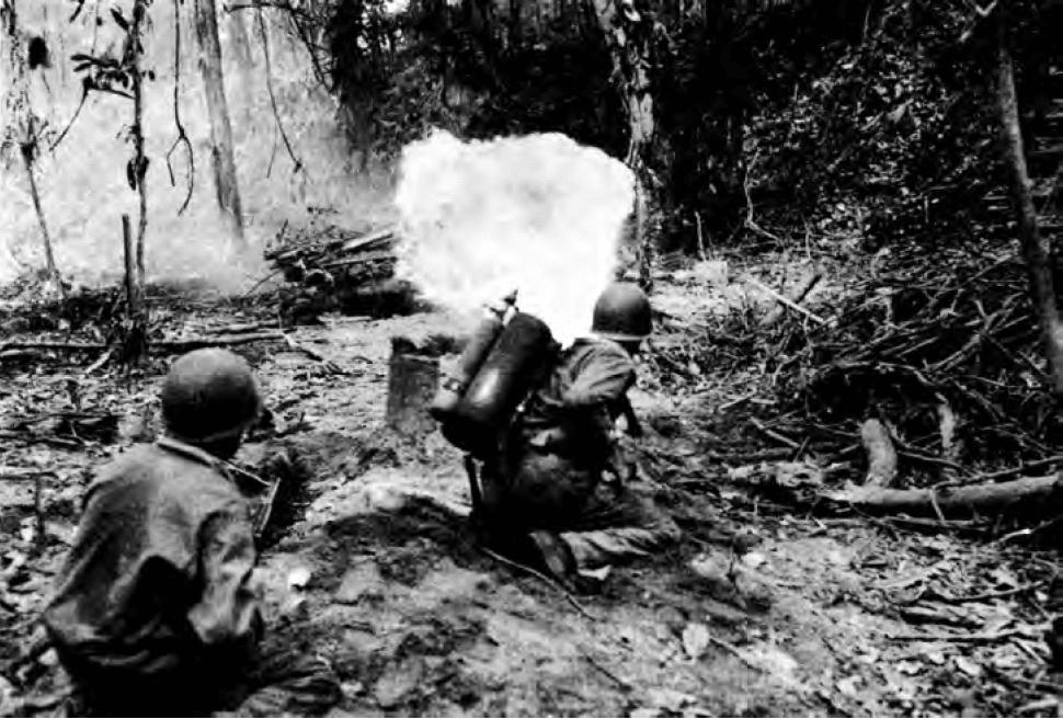 M1A1 flamethrower fired at bunker - Utilisation d'un M1A1 contre un bunker ennemi en mars 1944