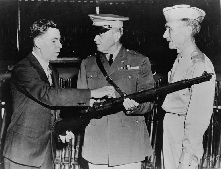 En JohnGarandLarge - John Garand décrit les avantages de son arme à des officiels de l'armée américaine