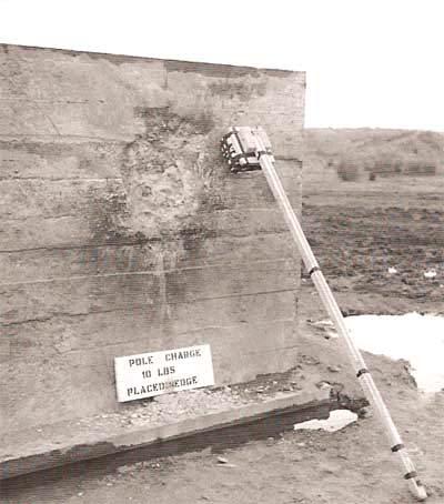 polecharge2 - Pole charge mal placé. En effet, il est mis de biais contre la surface, la puissance en est donc réduite, on remarque facilement le peu de dégâts occasionnés à la surface du mur