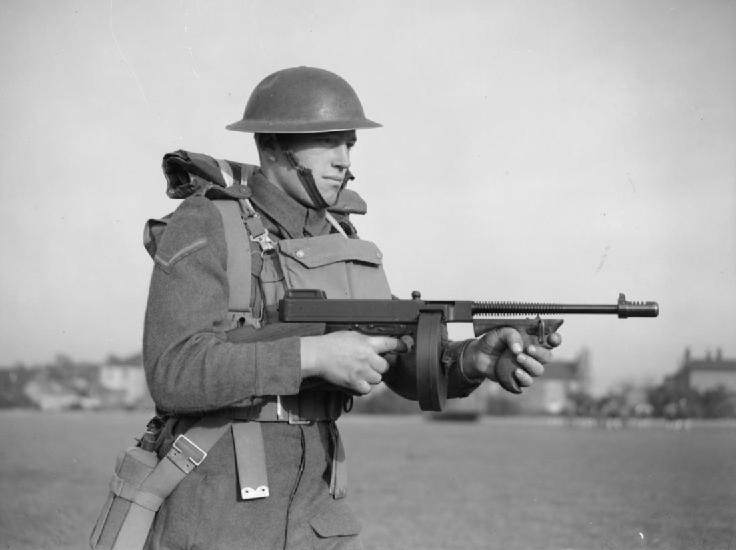 Corporal, East Surrey Regiment 1940 - Un  lance-corporal du East Surrey Regiment en entrainement à la Thompson à Chatham (Kent, UK) le 25 novembre 1940
