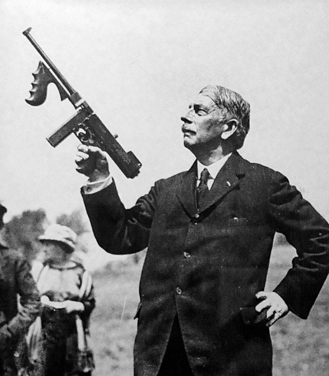 Thompson and his gun - Le General John Taliaferro Thompson et son bébé : La Thompson 1921