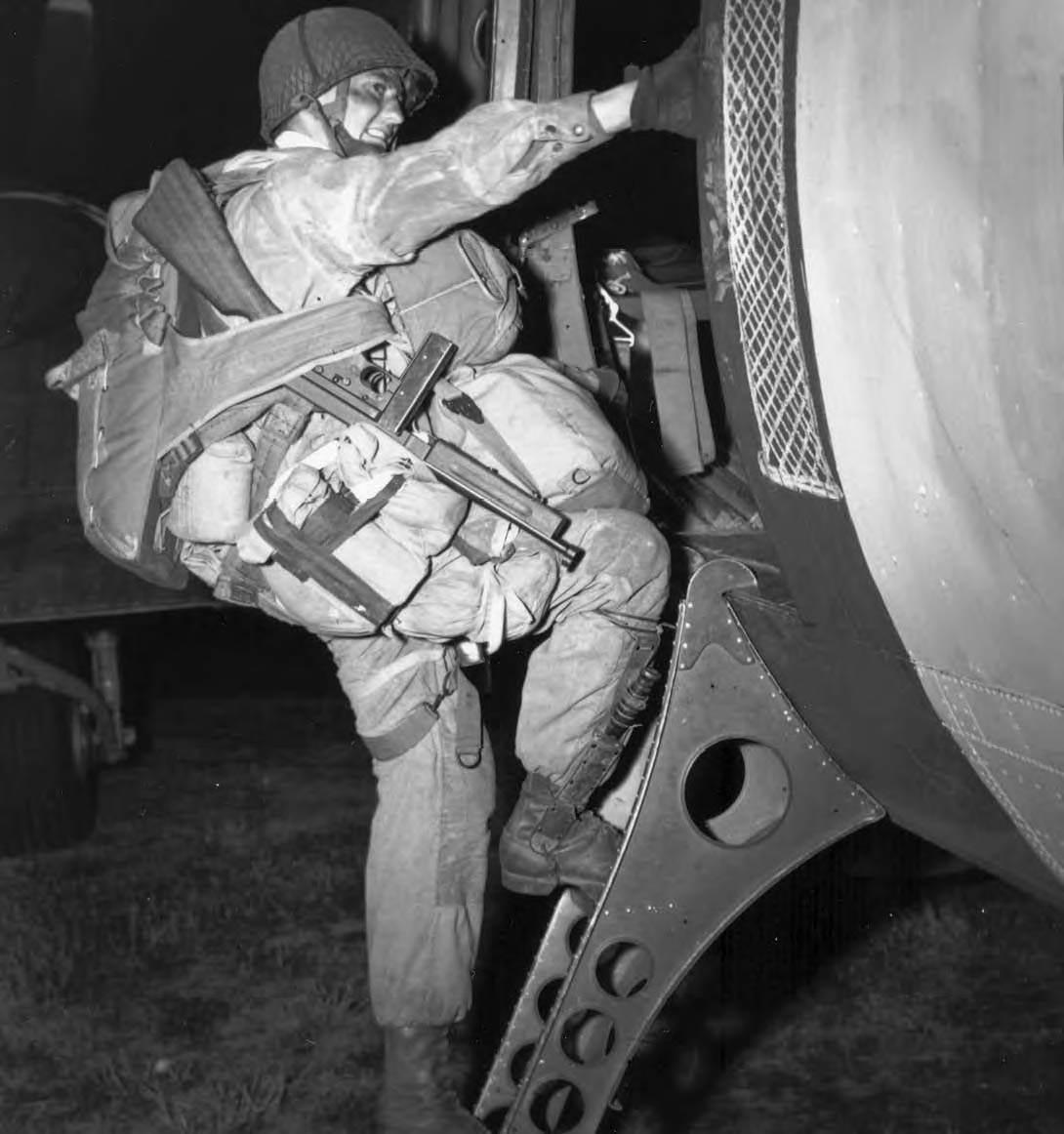 fully equipped paratrooper - Un parachutiste américain prêt pour le DDay, monte dans son avion avec sa Thompson