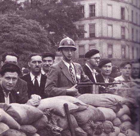 barric18 - Un homme armé d'un US M42, derrière une barricade lors de la libération de Paris