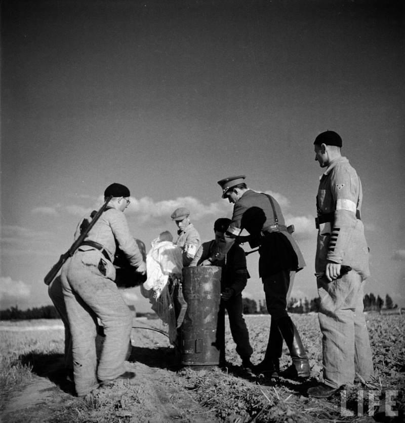 contai10 - Des résistants belges récupèrent un container. L'un d'eux est armé d'un UD M42